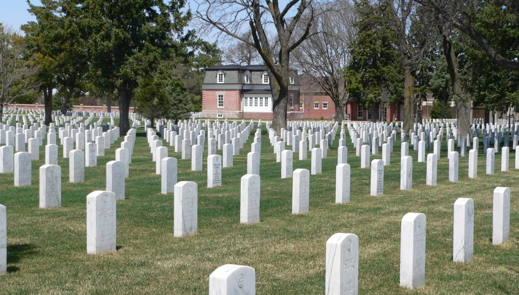 Ft._McPherson_National_Cemetery_headstones_and_lodge_3